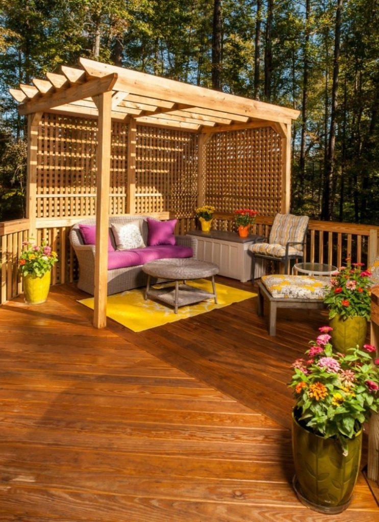 Pequeña pérgola de madera en un patio